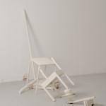 """""""forbindelser"""", bemalte møbler/objekter, installasjon, variabel størrelse"""